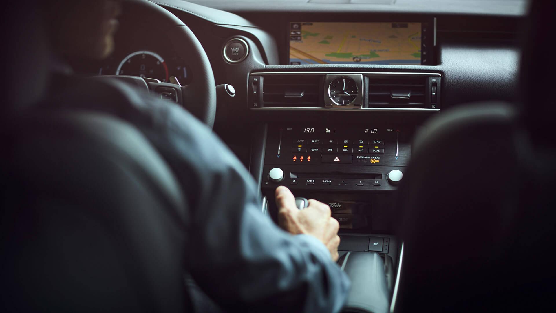 Lexus IS fahrender Mann