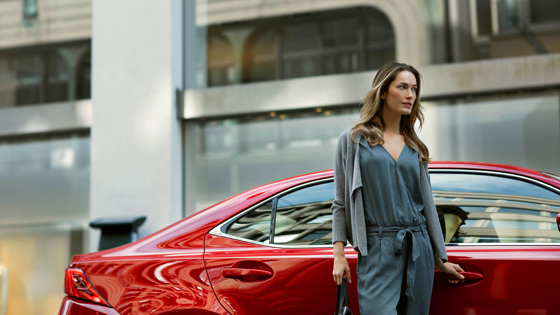 Lexus IS rot mit Frau