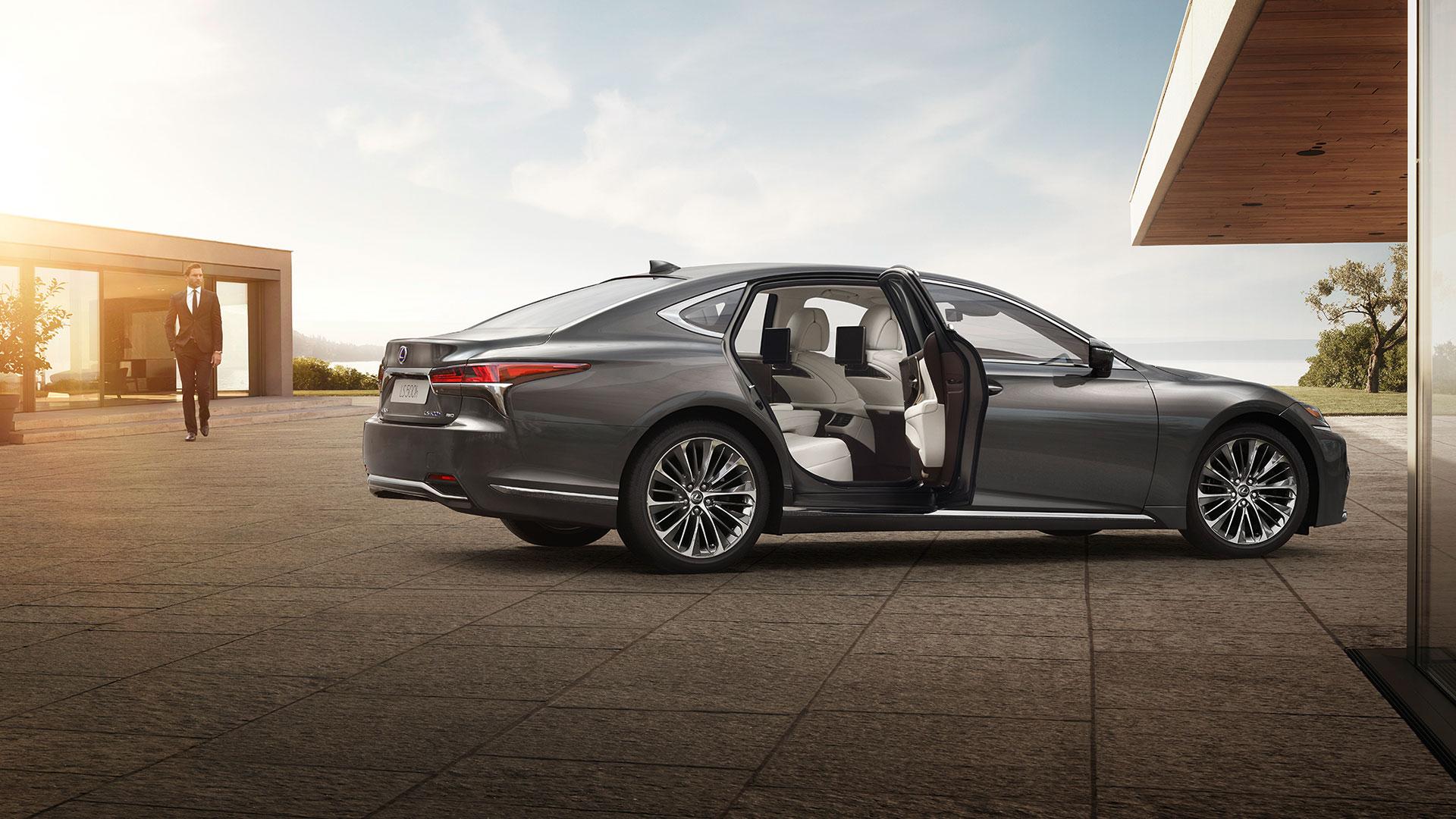 Lexus LS Seitenansicht offene Tür