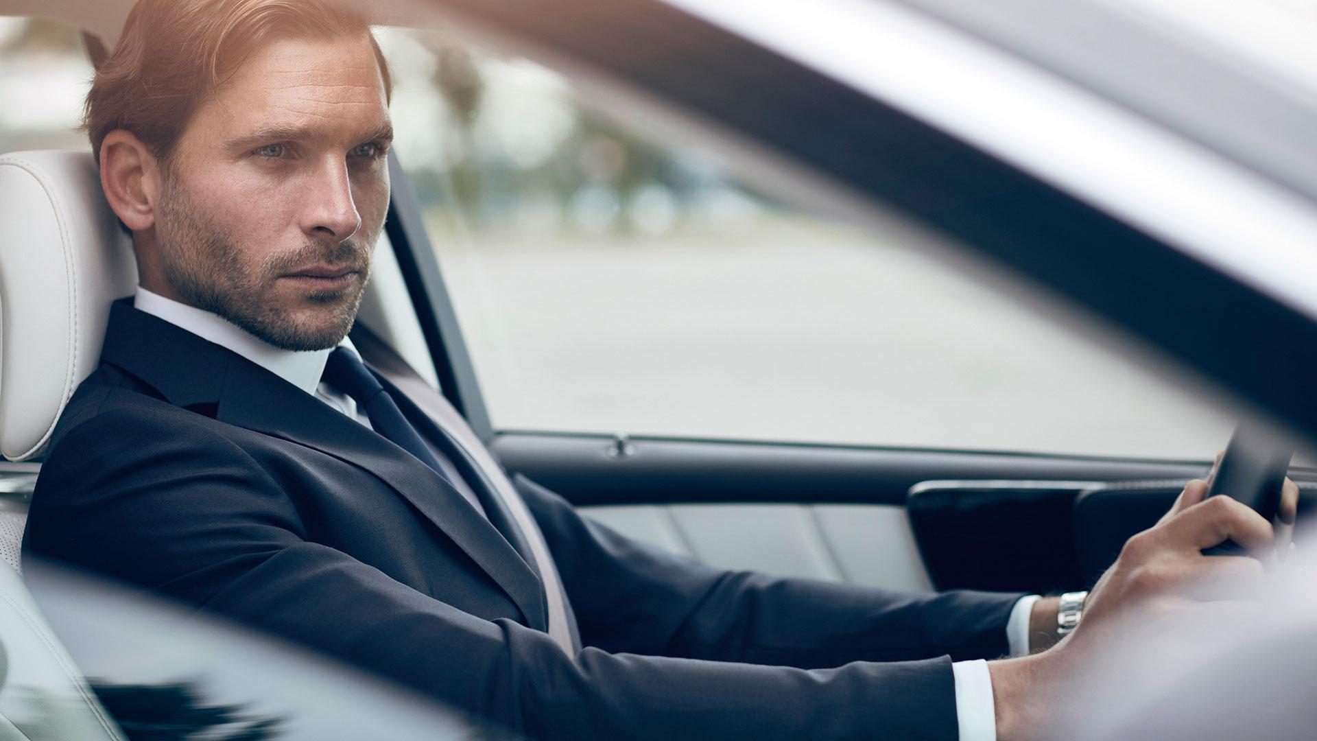Mann in Lexus LS