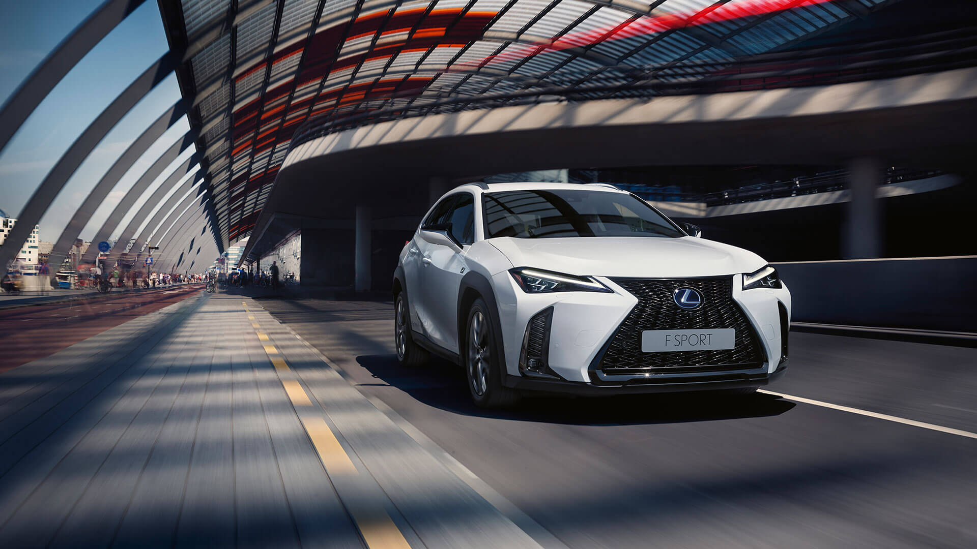 Lexus UX weiß Front auf Straße