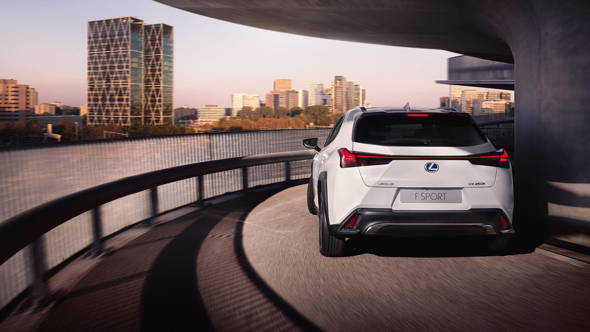Lexus UX weiß Rückansichtauf Straße