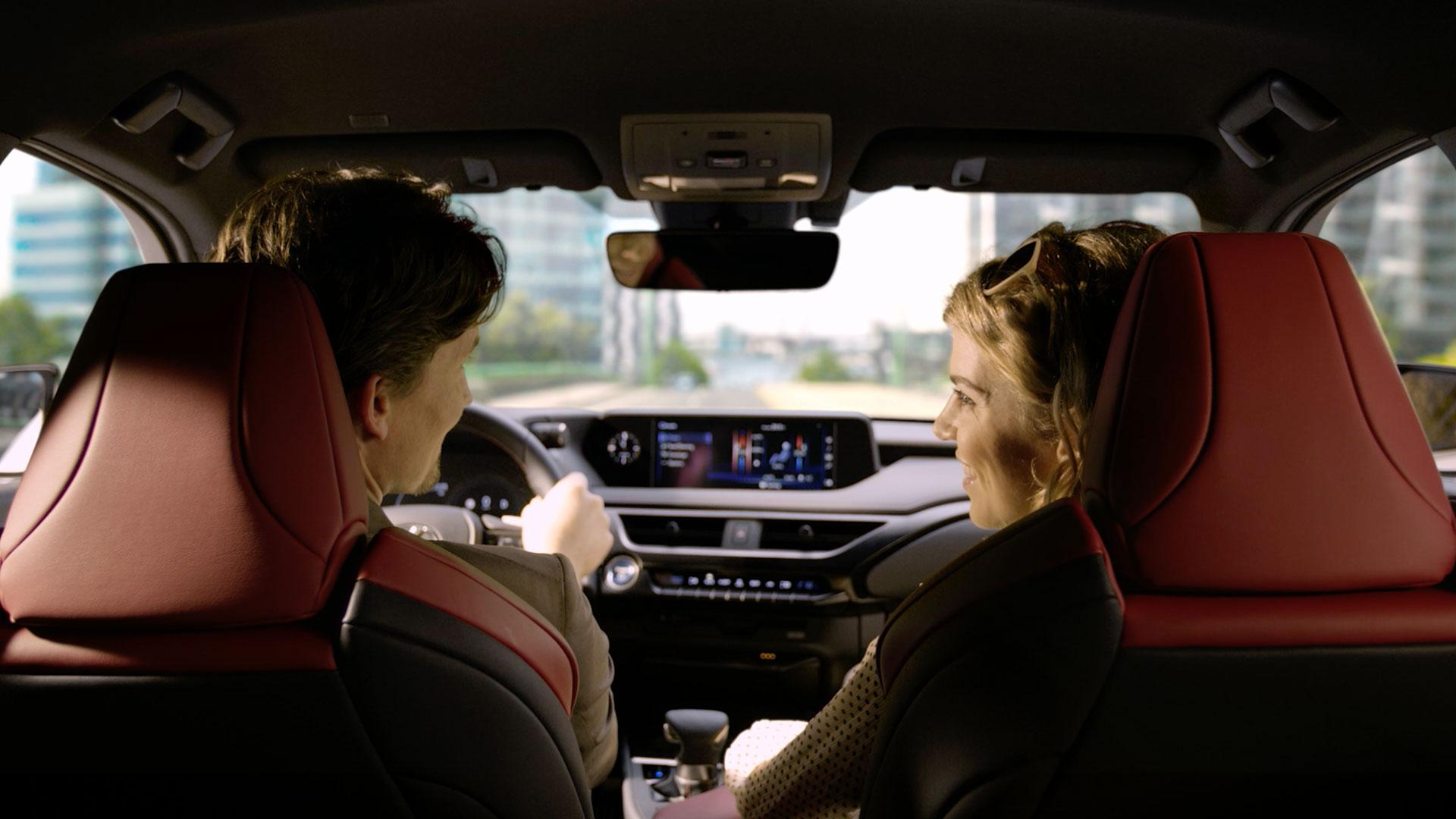 Pärchen im Lexus UX