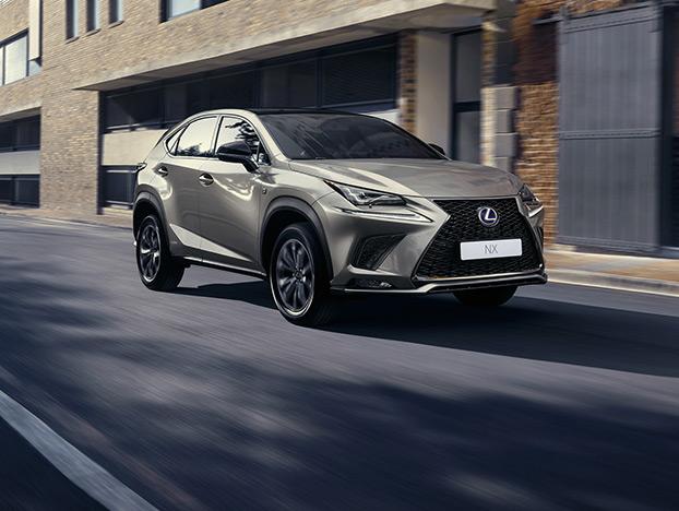Lexus Hybrid Seitenansicht in Stadt