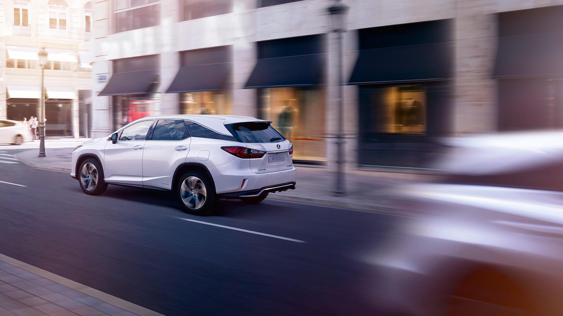 Lexus Hybrid fahrend weiß