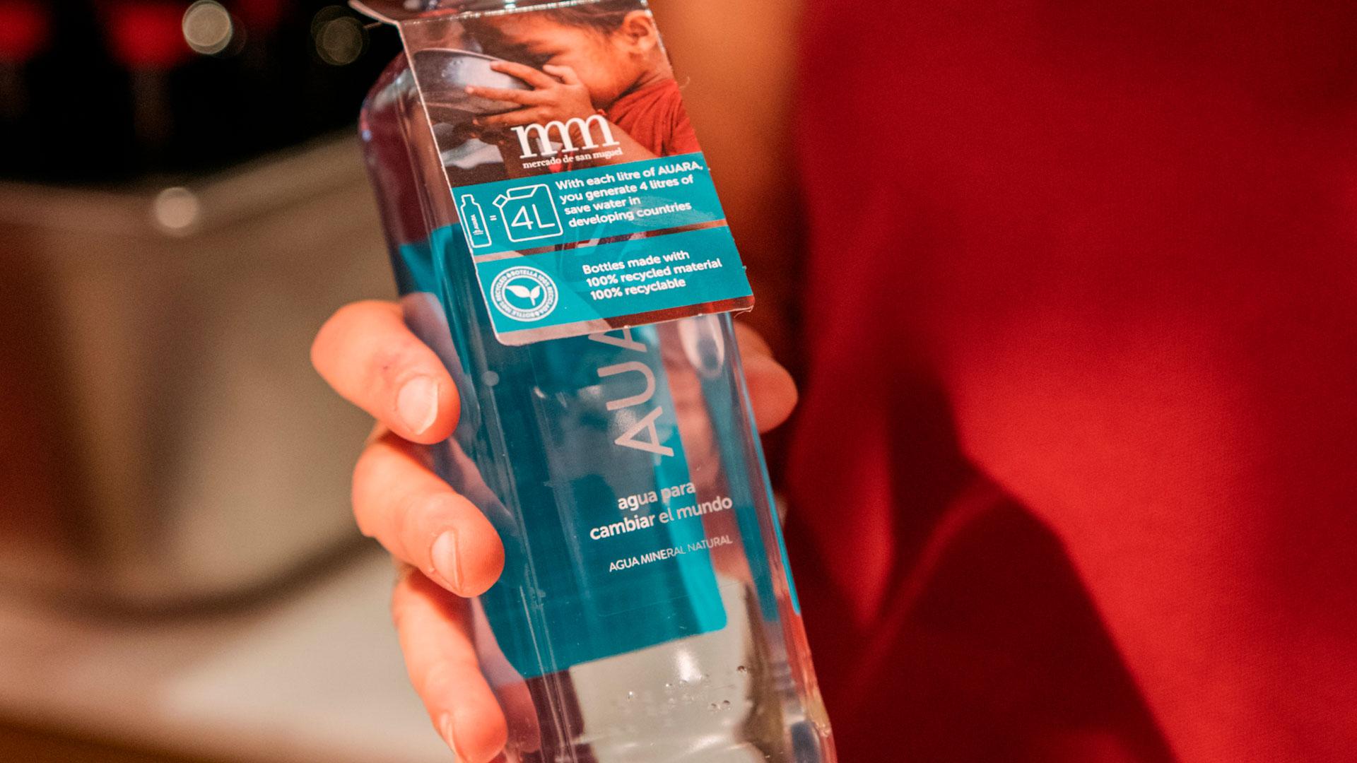 Imagen de la botella de agua Auara en el Mercado de San Miguel