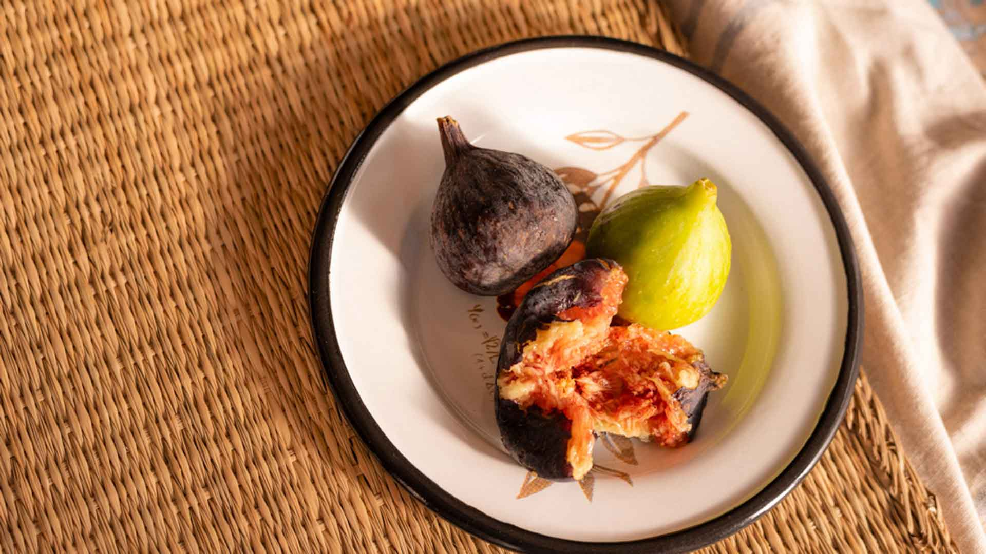 Imagen de higos en un plato