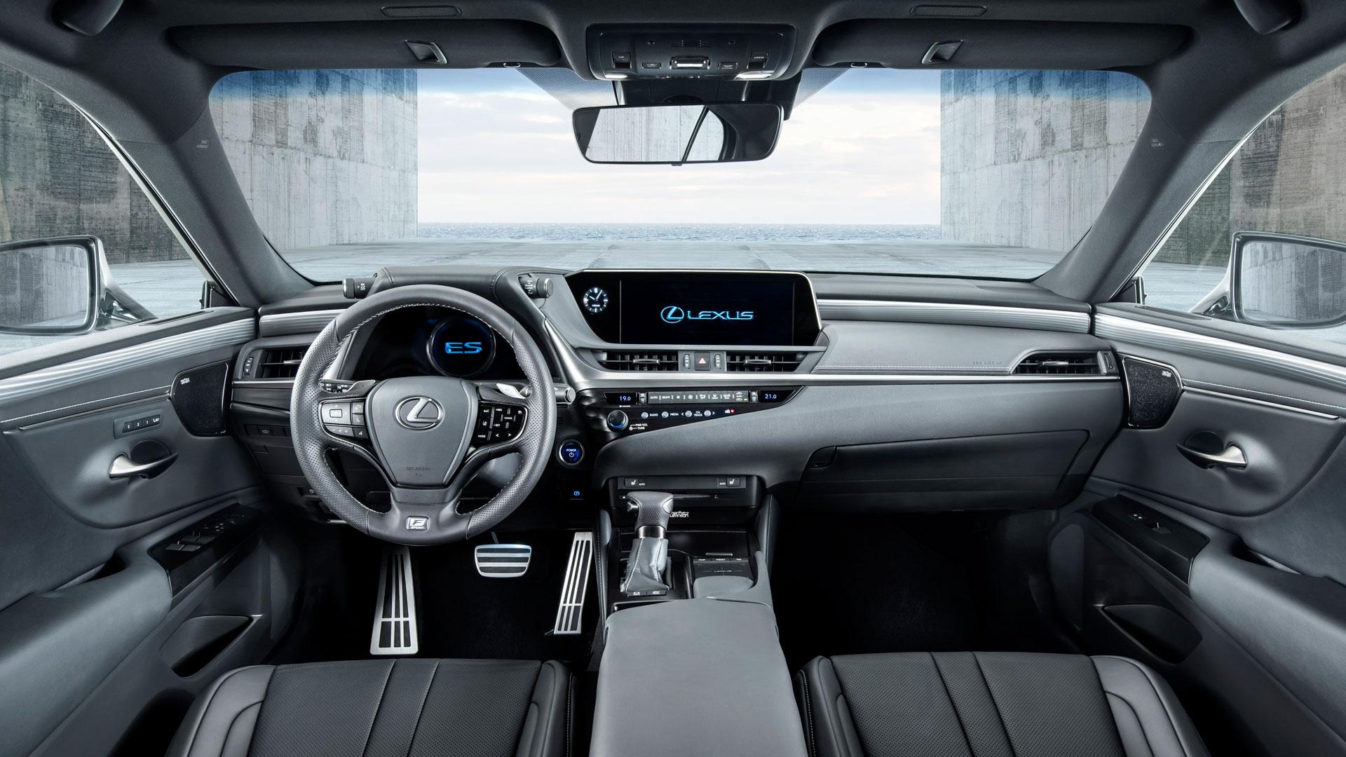 Hombre conduciendo el nuevo CT 200h Black Grey Edition