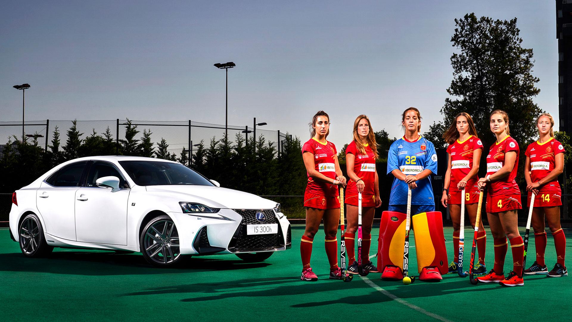 Imágenes oficiales de jugadores de hockey delante de un vehículo Lexus