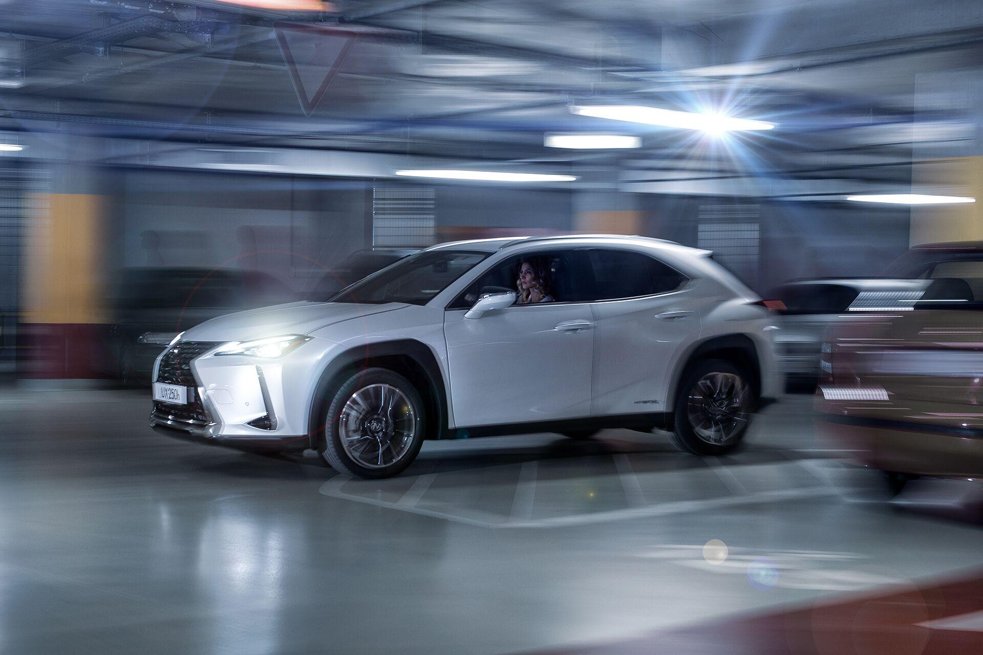 Weisz Fanni Lexus UX 16
