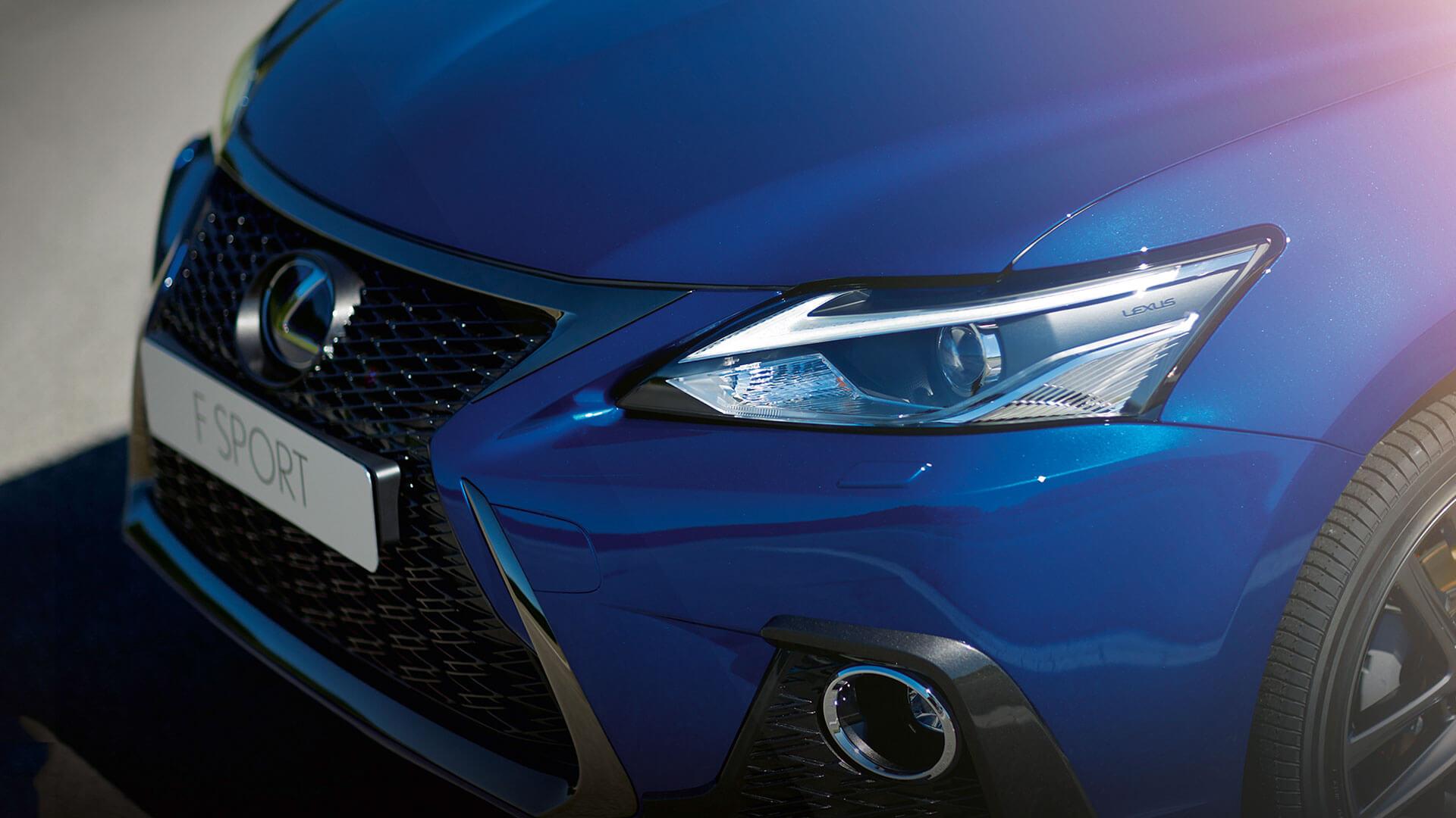 voorkant blauwe Lexus CT 200h