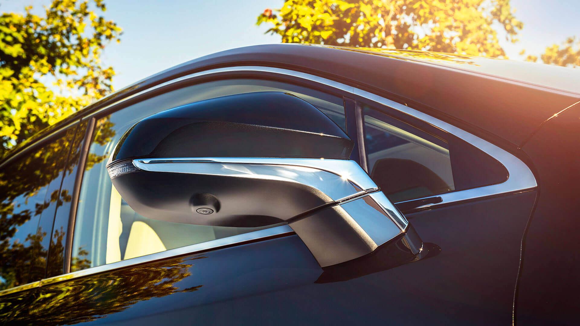 Zijkant van een zwarte Lexus NX 300h