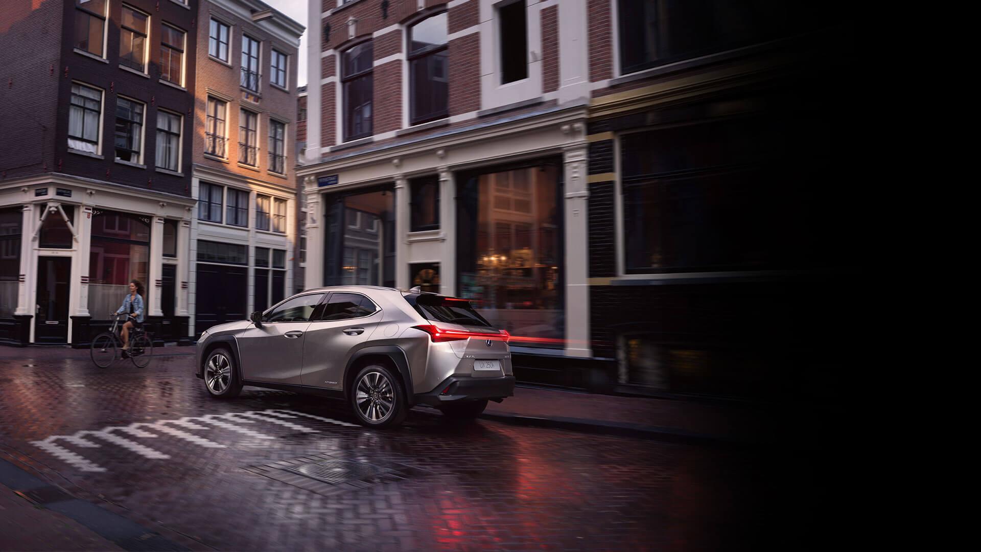 Achterkant grijze Lexus UX 250h