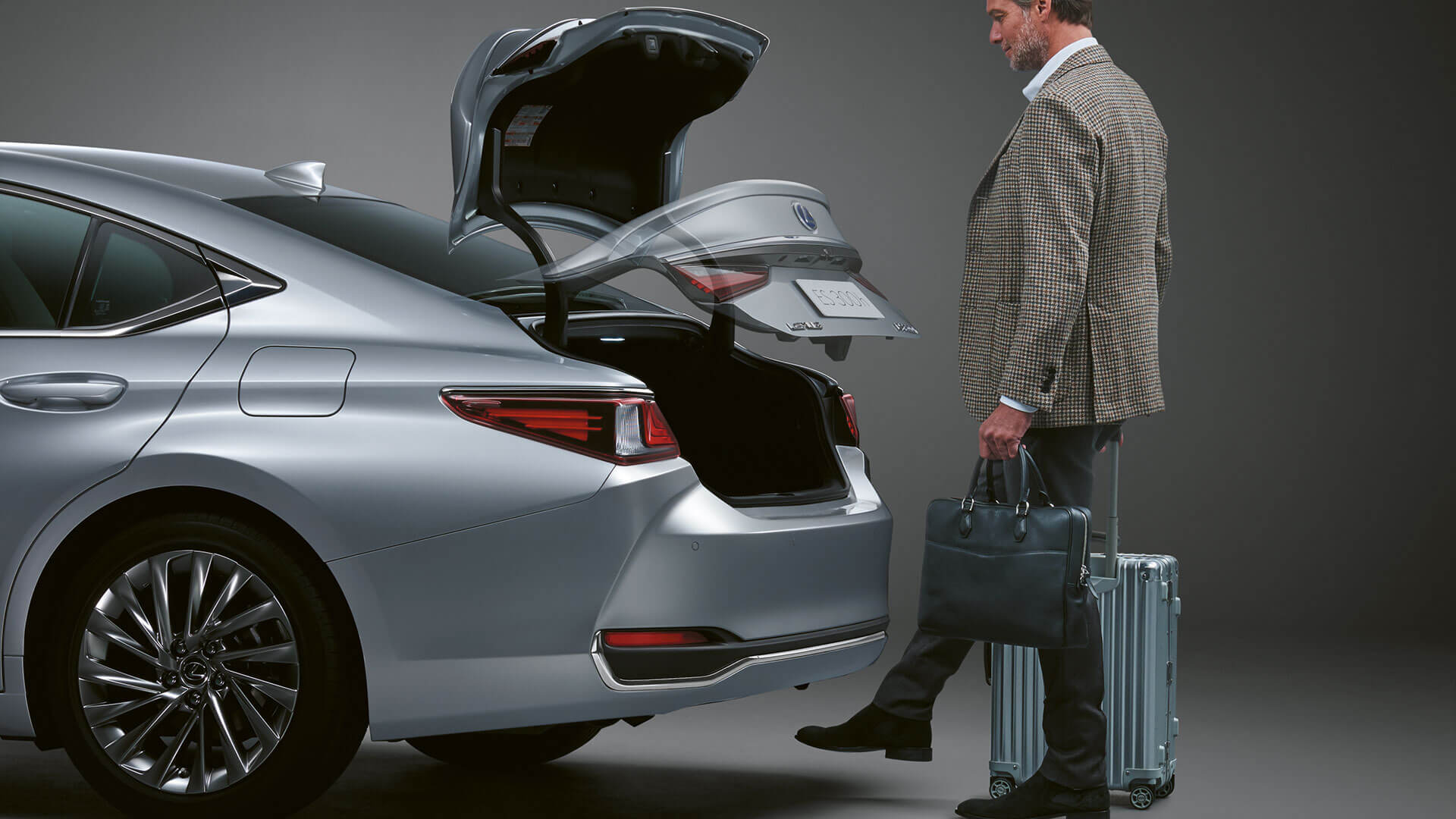 2019 lexus es hybrid experience feature hands free power boot lid