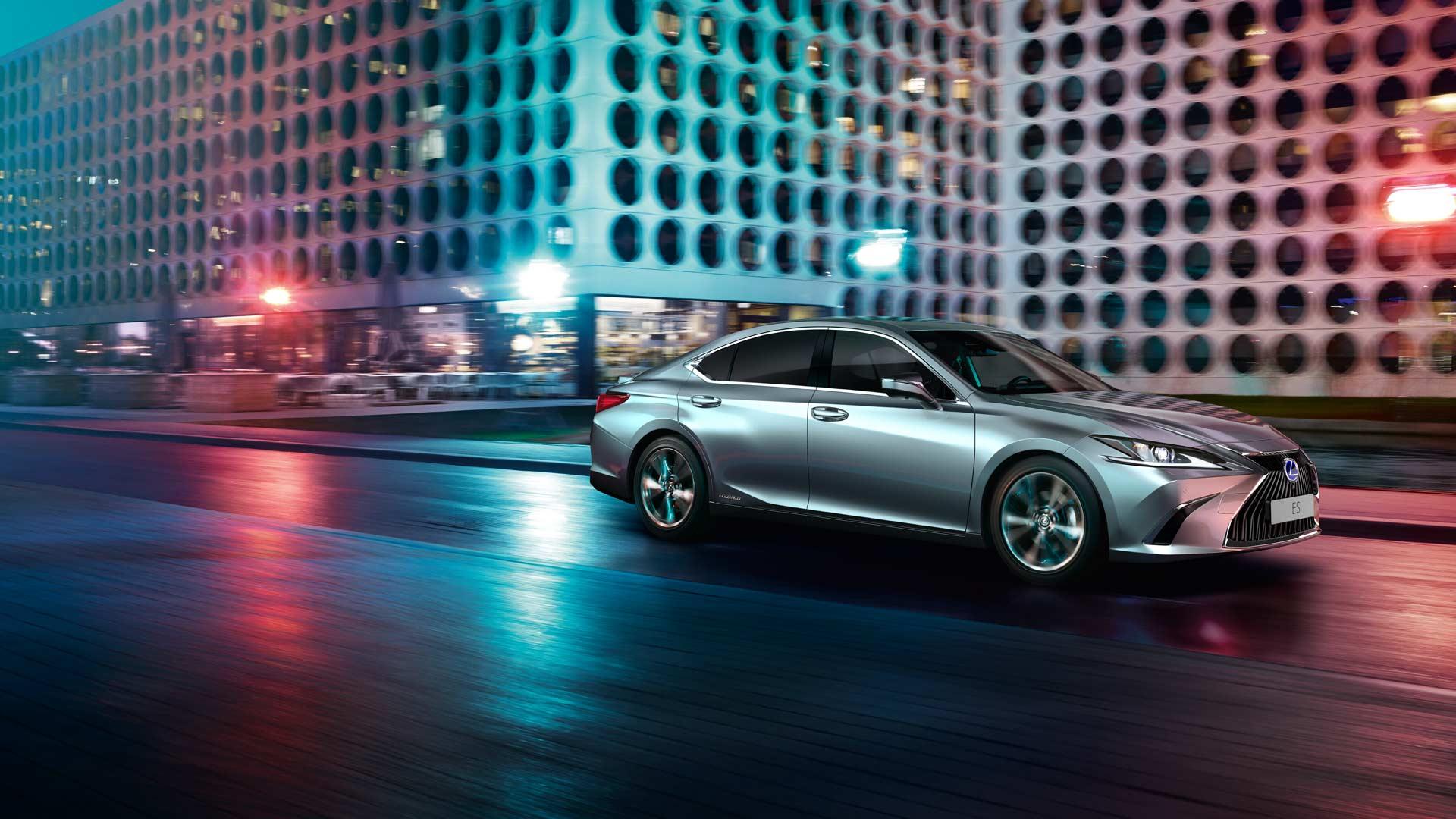 Vooraanzicht grijze Lexus ES