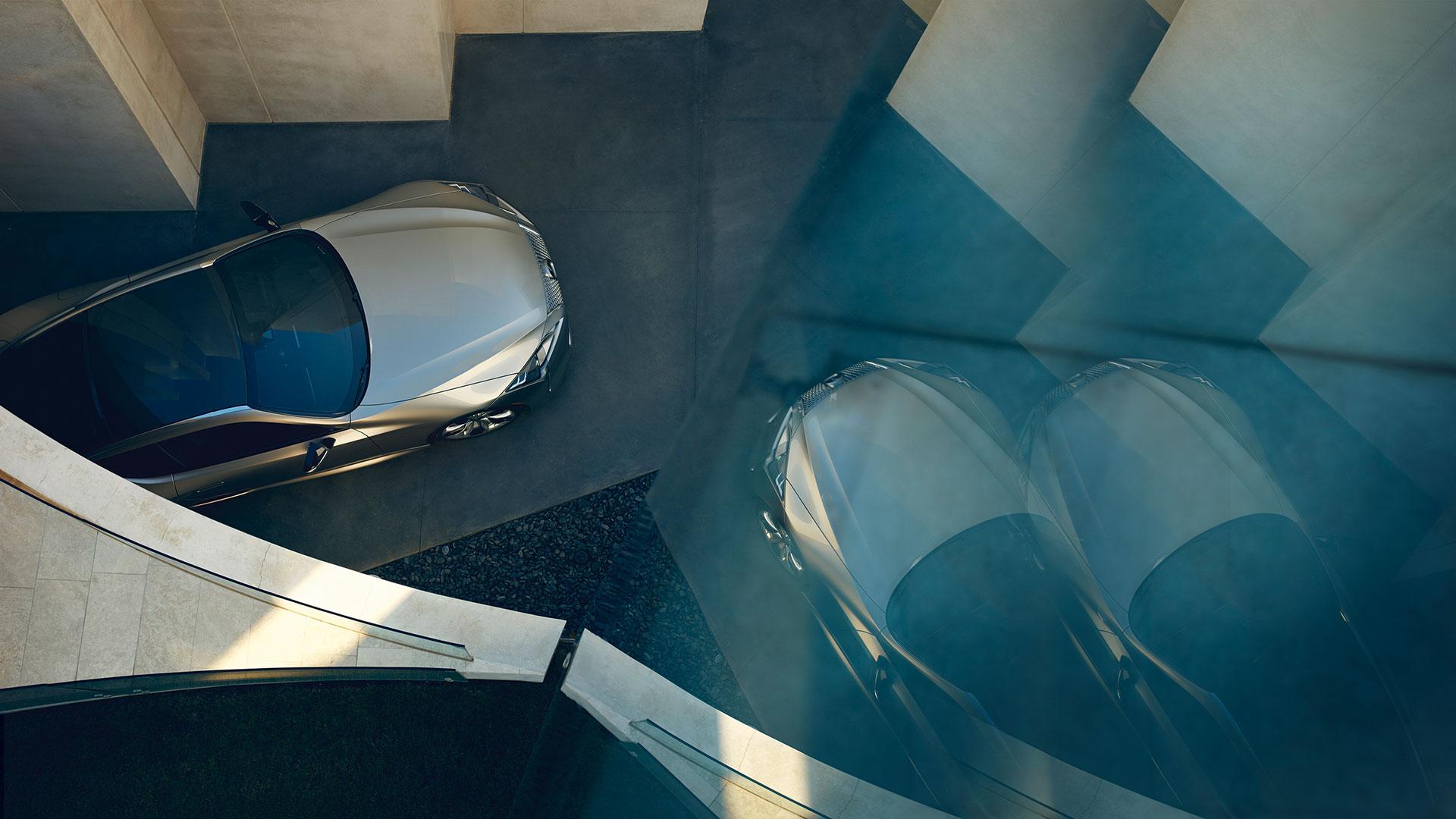 Sonic titanium farget Lexus LC 500h luksuskupé sett ovenfra
