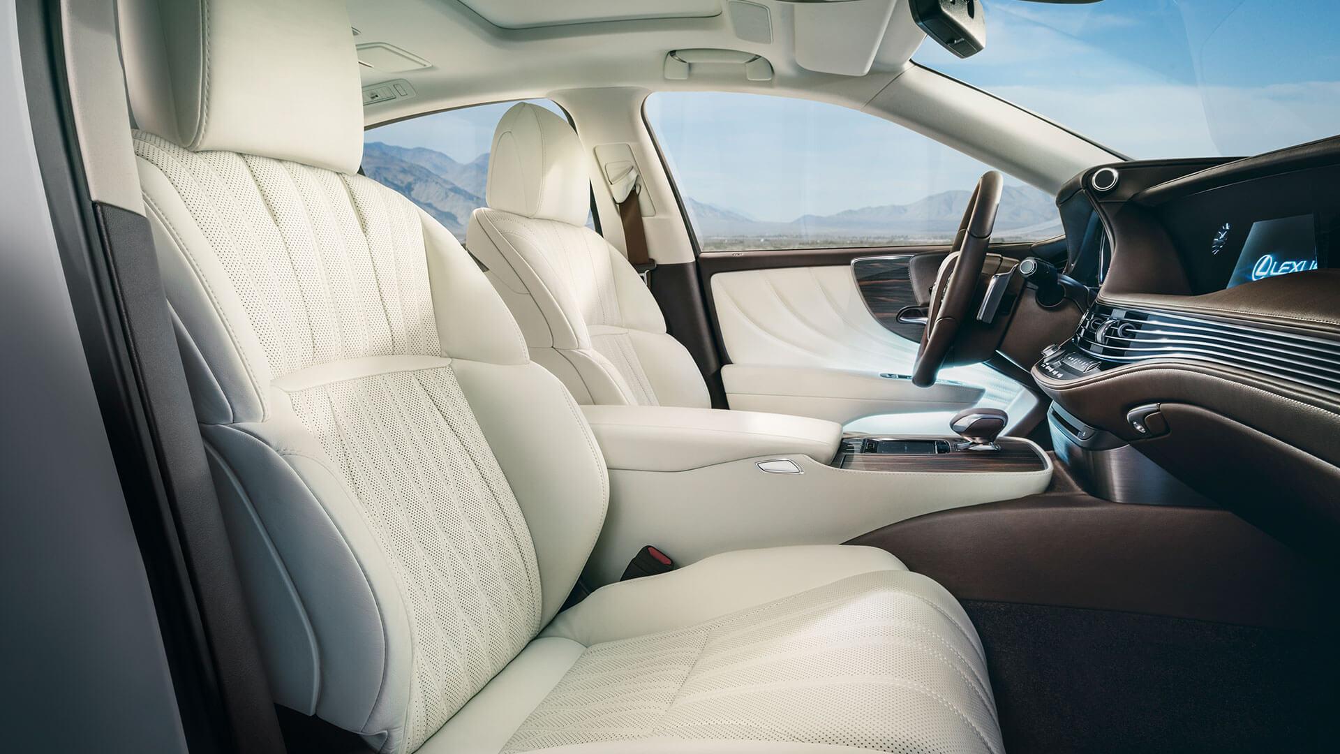 Interiøret til den luksuriøse Lexus LS med hvitt skinn