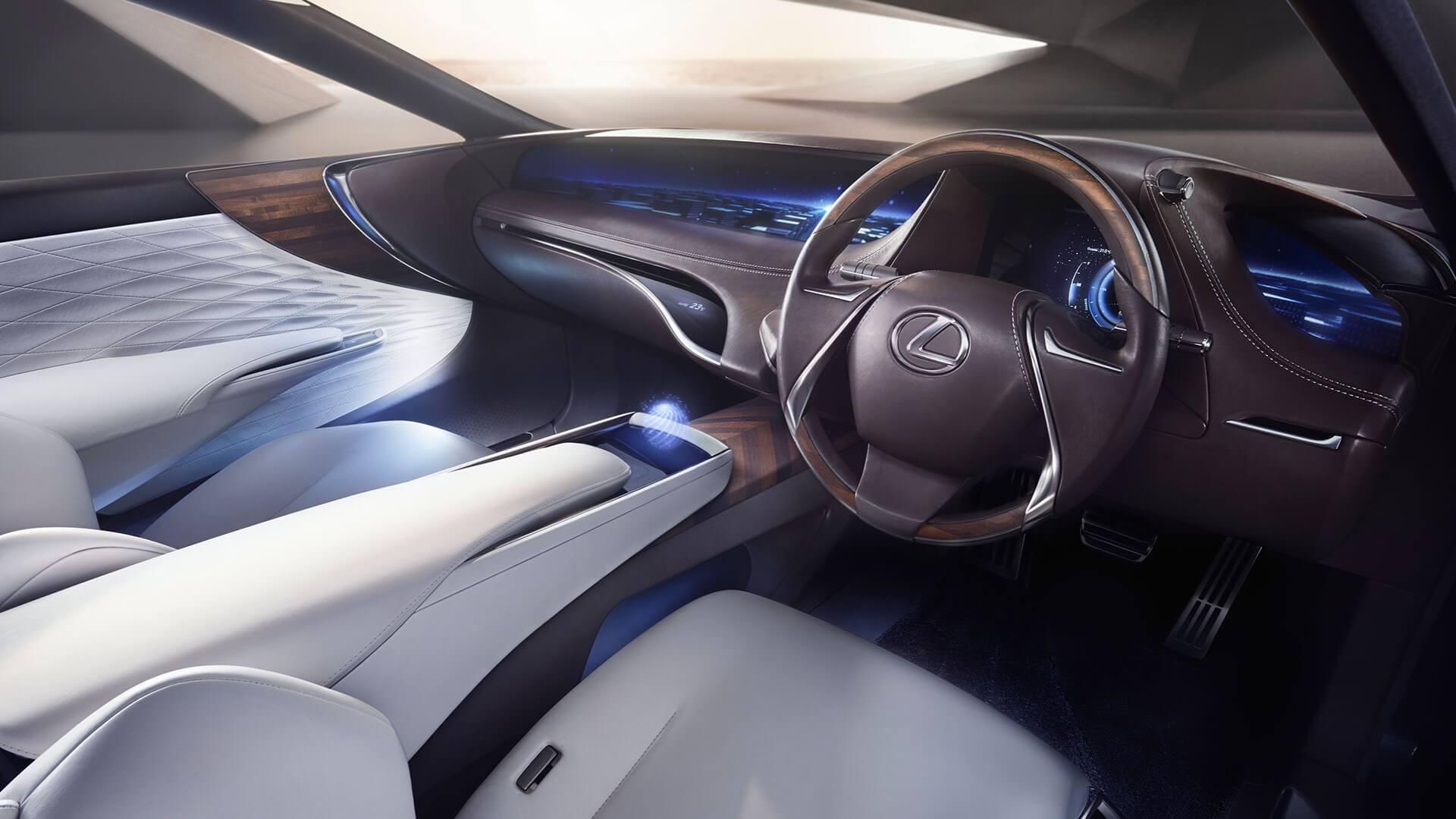 Interiøret til en Lexus LS med skinnseter og luksuriøse materialer