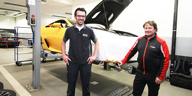 Thomas Kuka och Udo Fassbender utför Lexus LFA service på plats