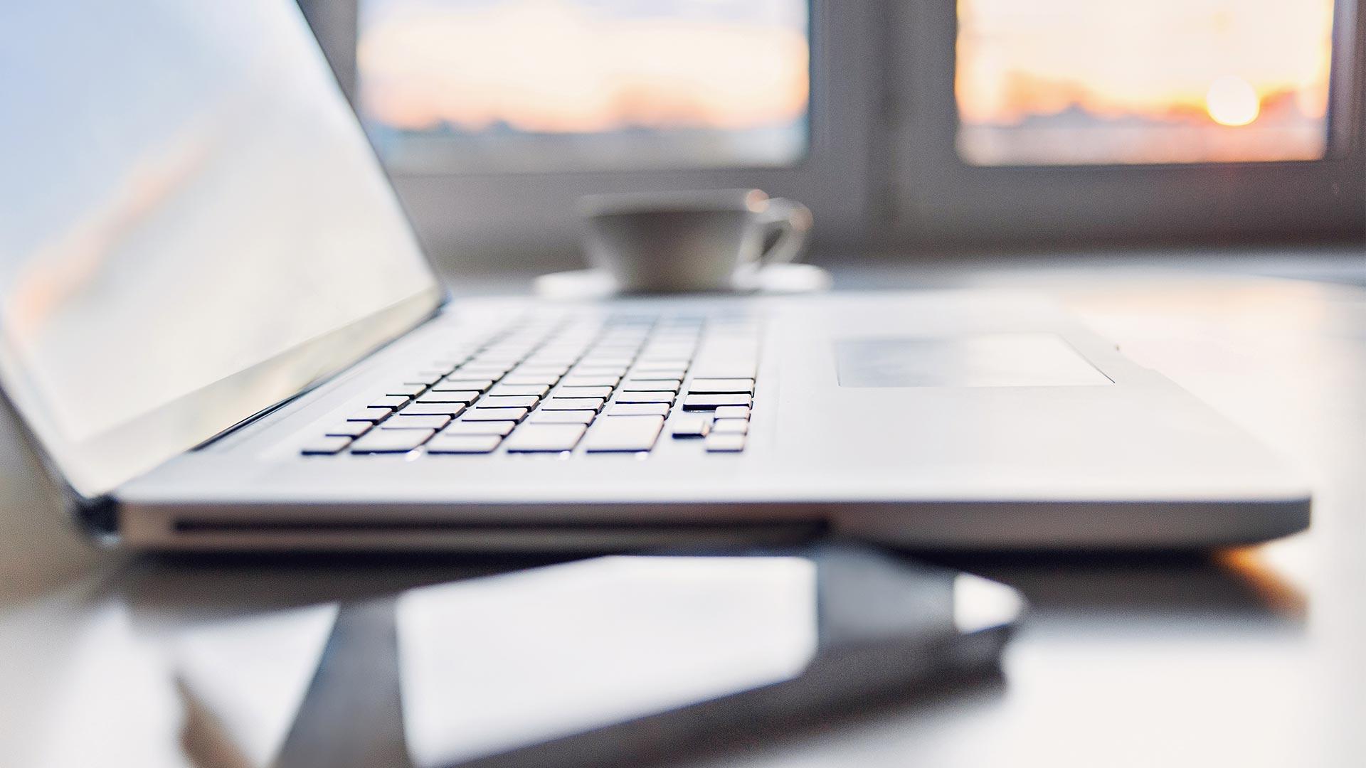Bild på dator och mobil för digitalt möte
